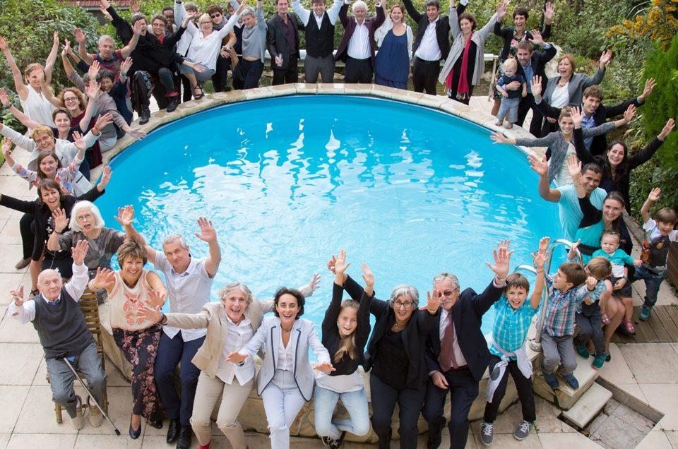 couple lesbien-mariées-famille et amis-bord de la piscine