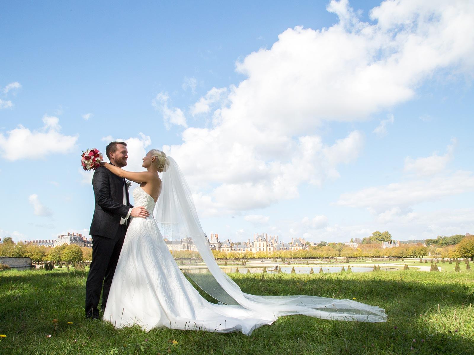 château-bouquet-mariés enlacés